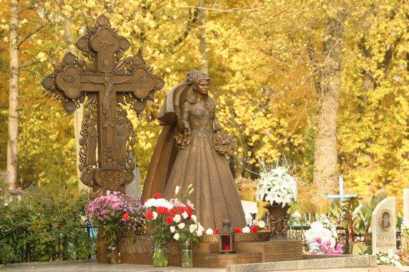 Женщина с кладбища