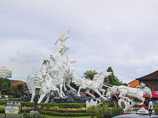 Скульптурная композиция «Боги» возле одного из отелей