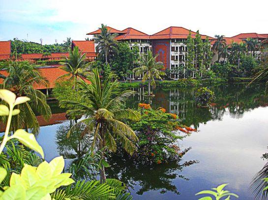 Обычная картина отель, утопающий в зелени