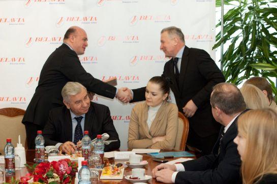 Диплом получает Николай Давыдов, генеральный директор компании Трансаэро Турс