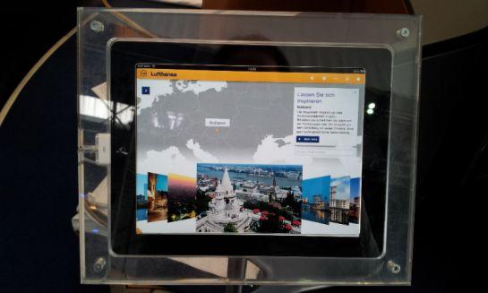 Экраны с информацией о полете и достопримечательностях места, над которым пролетают