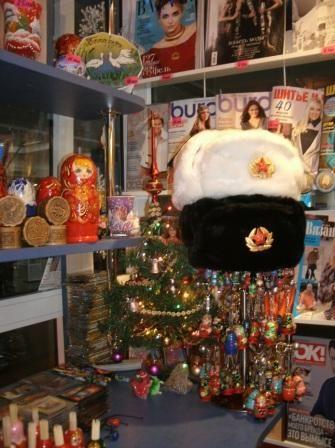 8. советские шапки-ушанки сувенирной лавки в аэропорту