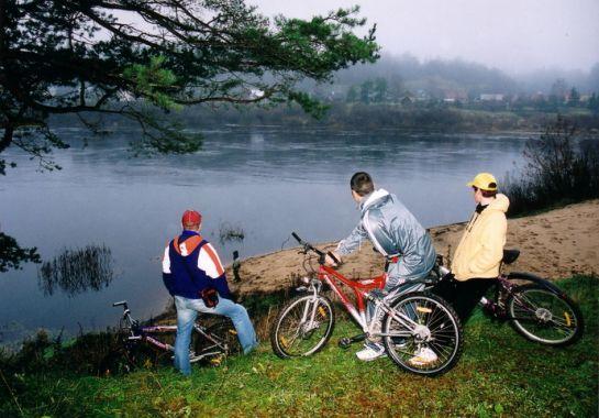 velosipedisti_pie Daugavas