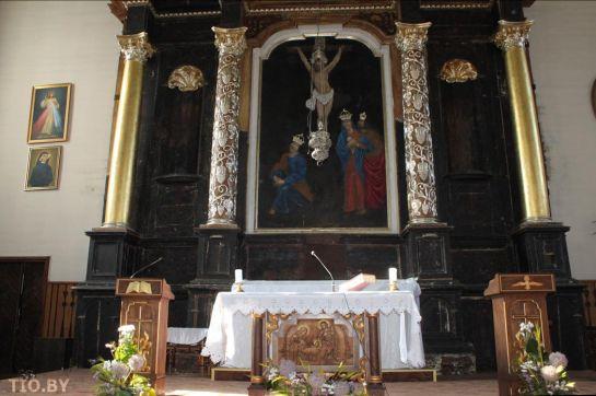 Алтарь костела в Волпе
