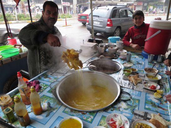 6.1 Типичная точка иракского общепита. За $1 я получил миску супа, салат и лепешку