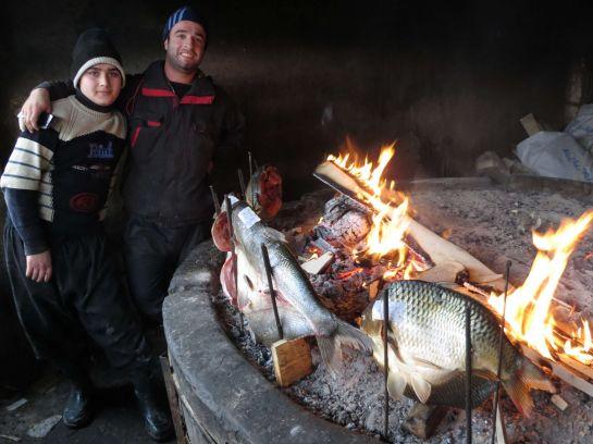6-2. Масгуф - традиционное иракское блюдо, своеобразное барбекю из рыбы