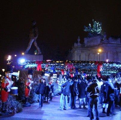 Рождественская ярмарка, раскинувшаяся на Елисейских полях