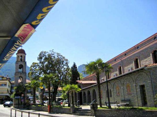 Городок Литохоро у подножия Олимпа с церковью Святого Николаса на центральной площади