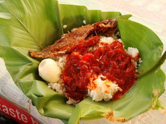 рис, вяленая рыба и вареное яйцо на листе бико