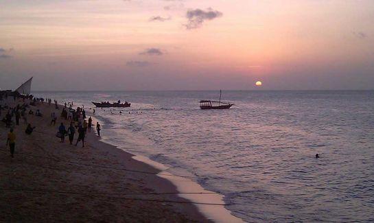 Массовое-вечернее-купание-на-о-ве-Занзибар,-Танзания