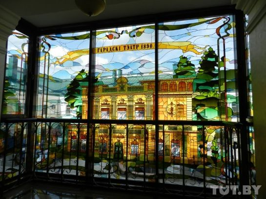 Каждая лестничная площадка украшена витражом с достопримечательностями Минска