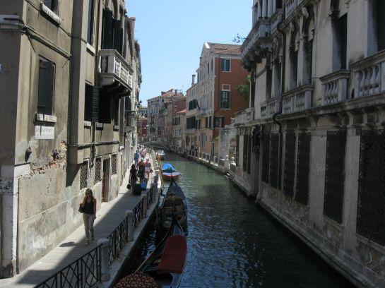 Гондола в Венеции – это скорее роскошь для туристов, а не средство передвижения