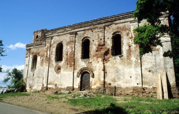 Стены костела в Островно