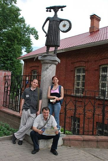 10-участники возле скульптуры Школяр в Полоцке