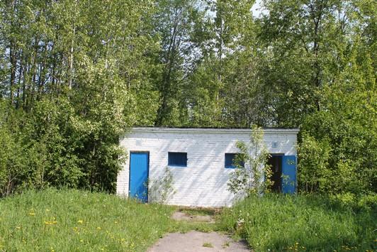 Общественный туалет на берегу озера Вяча